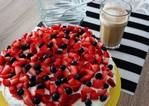 fot. Bezglutenowy tort z bitą śmietaną i owocami